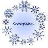 Fiocchi di neve blu su una priorità bassa bianca Immagine Stock Libera da Diritti