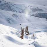 Fiocchi di neve brillanti sopra le rocce un bello giorno soleggiato nel paesaggio alpino incontaminato Paesaggio calmo e tranquil fotografie stock