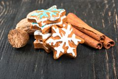 Fiocchi di neve del pan di zenzero di Natale Fotografie Stock Libere da Diritti