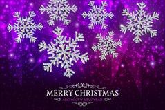 Fiocchi di neve dell'argento dell'insegna di Natale su un fondo porpora Fotografia Stock
