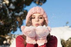 fiocchi di neve della giovane donna fotografia stock