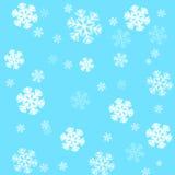 Fiocchi di neve su una priorità bassa dell'azzurro di cielo Fotografia Stock