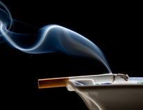 Fiocco del fumo e del portacenere Immagine Stock