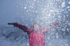 Fiocco della neve di abbraccio della giovane donna Immagine Stock Libera da Diritti