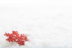 Fiocco della neve sul fondo della neve fotografie stock libere da diritti