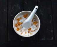 Fiocco di granturco con la ciotola bianca sulla tavola di legno Fotografia Stock Libera da Diritti