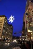 Fiocco di neve alleggerito sopra la via di Manhattan - New York - U.S.A. immagine stock