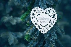 Fiocco di neve bianco di legno su un albero di Natale sotto forma di cuore con testo Fotografia Stock Libera da Diritti