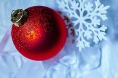 Fiocco di neve della decorazione dell'albero della palla di ghiaccio del nuovo anno Immagine Stock