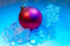 Fiocco di neve della decorazione dell'albero della palla di ghiaccio del nuovo anno Fotografia Stock