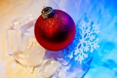 Fiocco di neve della decorazione dell'albero della palla di ghiaccio del nuovo anno Immagine Stock Libera da Diritti
