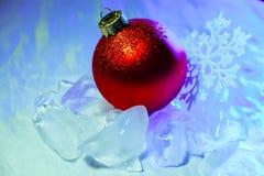 Fiocco di neve della decorazione dell'albero della palla di ghiaccio del nuovo anno Fotografia Stock Libera da Diritti