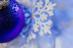 Fiocco di neve della decorazione dell'albero della palla di ghiaccio del nuovo anno Immagini Stock
