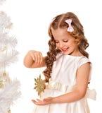 Fiocco di neve della holding del bambino per decorare l'albero di Natale Fotografie Stock Libere da Diritti