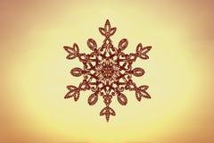 Fiocco di neve enorme scintillante su un fondo del cielo di tramonto Concetto di Natale e di inverno illustrazione vettoriale