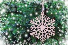Fiocco di neve di legno sull'albero di Natale illustrazione di stock