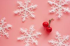 Fiocco di neve di natale con gli ornamenti e la decorazione rossi falsi della ciliegia sopra fotografia stock libera da diritti