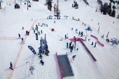 Fiocco-parco occupato visto dalla gondola, nell'alta sierra La Mecca degli sport invernali di giugno e di Mammoth Mountain, Calif Fotografia Stock