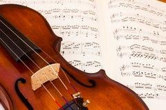 Fiol över ett musikställningark royaltyfri bild
