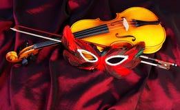 Fiol och karnevalmaskering Royaltyfri Bild