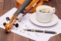 Fiol och kopp kaffe Fotografering för Bildbyråer