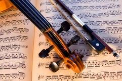 Fiol, pilbåge & musik arkivfoto
