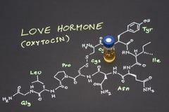 Fiole en gros plan témoin de chapeau bleu sur le papier avec la formule chimique de Images stock