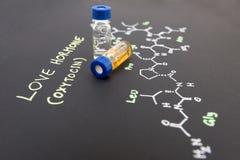 Fiole en gros plan témoin de chapeau bleu sur le papier avec la formule chimique de Image stock