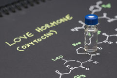 Fiole en gros plan témoin de chapeau bleu sur le papier avec la formule chimique de Photo stock