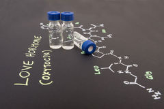 Fiole en gros plan témoin de chapeau bleu sur le papier avec la formule chimique de Photographie stock libre de droits