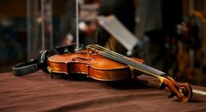 Fiol i musikstudio med hörlurar Arkivbild