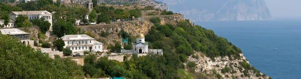 Fiolent panorama van kaap en klooster Stock Fotografie