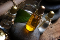Fioles avec les huiles essentielles images stock