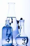 fioles bleues de chimie image stock