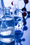 fioles bleues de chimie Photo stock