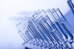 Fioles bleues de laboratoire Photographie stock libre de droits