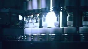Fioles médicales fabriquant la ligne à l'usine pharmaceutique Contrôle de qualité banque de vidéos
