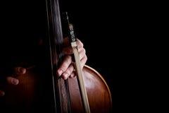 Fiolstråke i handcellist Royaltyfria Bilder