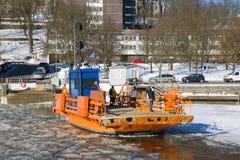 ` Fior ` пассажирского парома с пассажирами на ауре реки зимы Финляндия turku Стоковые Изображения
