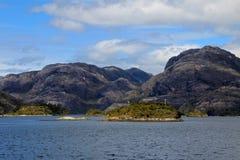 Fiord bonito com as montanhas no parque nacional de Higgins do ` de Bernardo O, o Chile imagens de stock