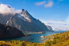 Fiorde cênico em ilhas de Lofoten com típico Fotos de Stock Royalty Free