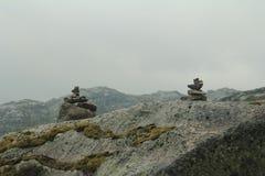 Fiorde das montanhas do turismo do verão de Noruega foto de stock royalty free