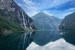 Fiorde de Geiranger, Noruega: paisagem com montanhas e cachoeiras sete irmãs Fotos de Stock