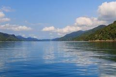 Fiorde tropical original de Brasil - Saco faz Mamangua, montanhas, B imagem de stock royalty free