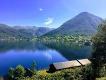 Fiordes e montanhas noruegueses imagens de stock