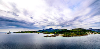 Fiordi, montagne, navi e cieli Fotografie Stock