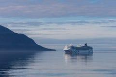 Fiordi soleggiati dell'Olanda dell'oceano del Nord pacifico dell'Alaska dell'acqua del passaggio di Juneau che pescano il bello a fotografia stock