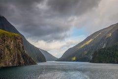 Fiordland parka narodowego Sceniczna Południowa wyspa Nowa Zelandia wewnątrz - Obraz Stock
