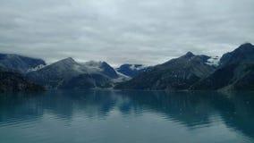 Fiordo Alaska de la universidad del glaciar de Harvard Glaciar grande que resbala dentro del Océano Pacífico en Alaska fotos de archivo
