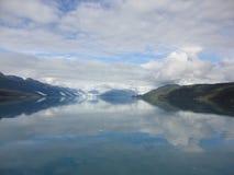 Fiordo Alaska de la universidad del glaciar de Harvard Glaciar grande que resbala dentro del Océano Pacífico en Alaska imagenes de archivo